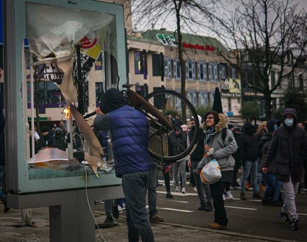 Foto - Hollanda'da alınan korona virüs önlemlerine karşı çıkan yüzlerce kişi sokaklara dökülürken, polis 40 kişiyi gözaltına aldı.