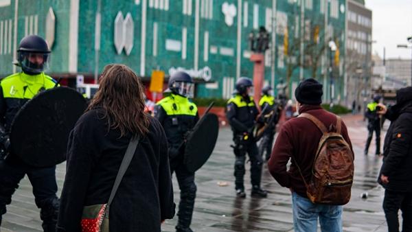 Foto - Korona virüs salgını nedeniyle kısıtlamaların sertleştirildiği Hollanda'da birden fazla şehirde protestolar patlak vermiş, başkent Amsterdam ve Eindhoven kentinde yüzlerce kişi sokaklara dökülmüştü.