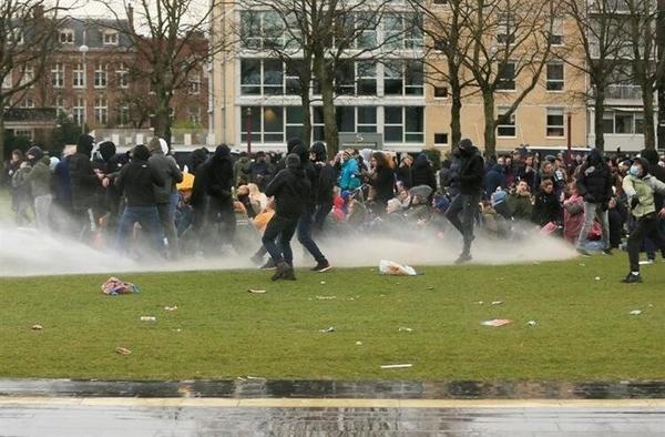 Foto - TAZYİKLİ SUYLA MÜDAHELE Polisin de tazyikli su ve göz yaşartıcı gazla olaylara müdahale ettiği ifade edildi.
