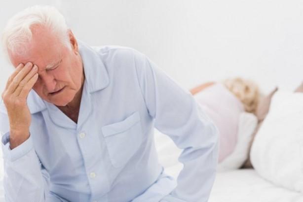"""Foto - Migren tedavi edilmezse ne olur? Mide ve bağırsak hastalıkları: Bazı yüksek doz veya uzun bir süre alınan ağrı kesiciler, özellikle karın ağrısı, kanama, gastrit, ülser gibi mide ya da bağırsak hastalıklarına sebep olabilir. Aşırı ilaç kullanımı sonucunda baş ağrısı: Son üç ay içerisinde ayda on günden fazla yüksek doz reçeteli veya reçetesiz ilaç almak ciddi, hiç geçmeyen, sürekli olabilen ilaç aşırı kullanım baş ağrısına neden olabilir. Aşırı ilaç kullanımı baş ağrısı, ilaçların ağrı giderici özelliklerini kaybetmesi ve kendileri baş ağrısına neden olmaya başladıklarında ortaya çıkar. Bu kısır döngü daha fazla ağrı kesici kullanmayı gerektirebilir. Ancak bu da ağrıyı gidermemekle birlikte sadece baş ağrısının daha da kronik hale gelmesine sebep olacaktır. Serotonin sendromu: Serotonin sendromu nadir fakat potansiyel olarak yaşamı tehdit eden vücudun aşırı serotonine maruz kalmasıdır. Serotonin sendromu açısından dikkatli olunmalı ve ilaçlar doctor kontrolünde kullanılmalıdır. Kronik migren: Migren atakları süreğen hale gelebilir. Son üç ayda içerisinde ayda 15 gün veya daha fazla ağrılı gün sayısı olan kişilerin kronik migren açısından nöroloji uzmanı ile görüşmeleri önerilir. Migren statusu: Migren atağı tedavi edilmezse veya yetersiz tedavi edildiği durumda 4 ila 72 saat sürebilir. Üç günden uzun süren şiddetli migren atakları """"migren statusu"""" denilir. İnfarkt (damar tıkanıklığı) olmadan inatçı aura: Genellikle aura denilen geçici nörolojik bozukluklar baş ağrısı başladıktan sonra geçer. Ancak bazen aura ağrı düzeldikten sonra da devam eder ve bir haftadan fazla sürebilir. İnatçı aura durumunda beyin mutlaka radyolojik olarak MR ile görüntülenmelidir ve beyinde doku hasarı veya başka herhangi bir sorun olmadığı teyid edilmelidir. Migrenöz infarkt (beyin damar tıkanıklığı): Bir saatten daha uzun süren aura olduğu durumda olası beyin damar tıkanıklığı açısından bir nöroloji uzmanı ile görüşülmesi önerilir. Doktorunuz olası beyin damar tıkanıklığı ya da kana"""