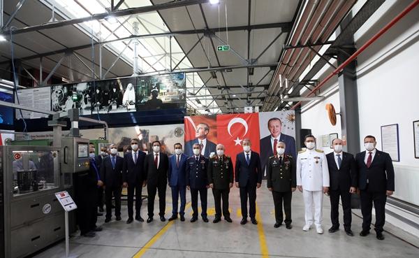 Foto - Bakan Akar daha sonra Makina ve Kimya Endüstrisi Kurumu'nun (MKEK) Maske Üretim Fabrikası'na geçti.