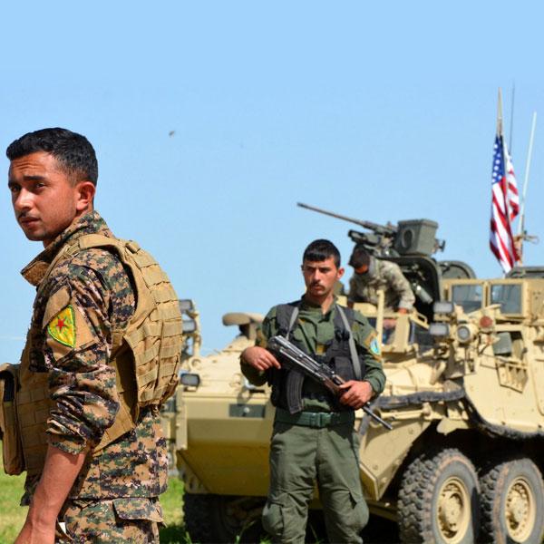 Foto - Türk Silahlı Kuvvetlerine yönelik gerçekleştirilecek eylemlerin örgütün üst yönetimi tarafından belirlendiği, Suriye bölgesinde faaliyet gösteren terörist gruplarına Amerika Birleşik Devletleri unsurlarınca silah kullanma eğitimi verildiği, ayrıca hava ve kara araçlarına karşı kullanılacak füzelerin de çoğunluğunun aynı unsurlarından temin edildiği, DAEŞ tarafından ele geçirilen bomba taşıma özelliği olan drone'ları geliştirerek Til Temir ve Alya bölgelerinde TSK ve ÖSO'ya karşı kullandıklarını ifade etti.