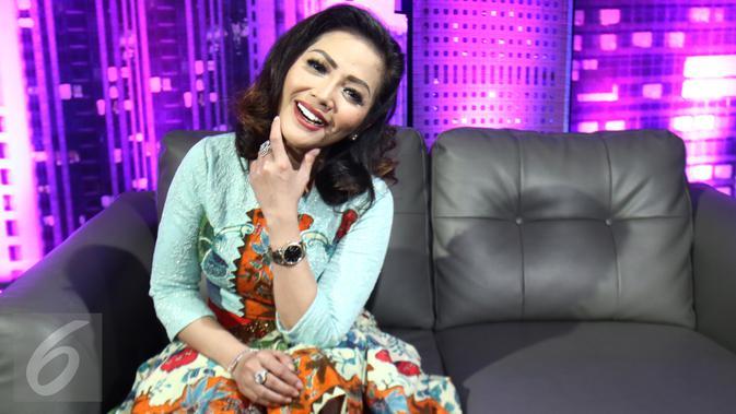 Penyanyi dangdut, Kristina saat menjadi bintang tamu dalam acara Dear Haters di Liputan6.com di SCTV Tower, Jakarta, Rabu (3/1). (Liputan6.com/Fatkhur Rozaq)