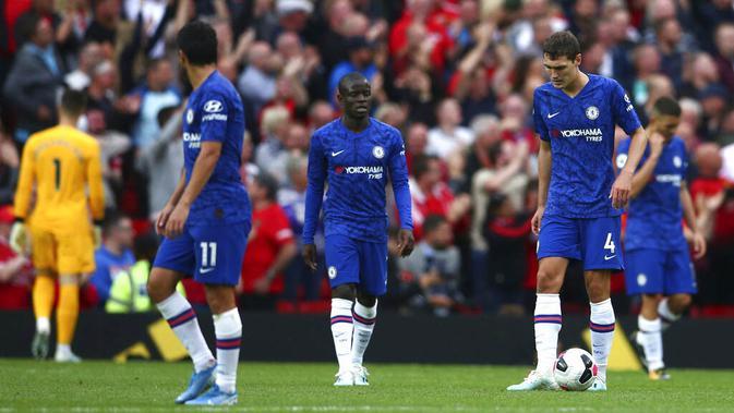 Para pemain Chelsea tampak kecewa usai ditaklukkan Manchester United pada laga Premier League 2019 di Stadion Old Trafford, Minggu (11/8) (AP/Dave Thompson)