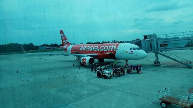 Maskapai AirAsia menurunkan frekuensi penerbangannya di Bandara SSK II sejak harga tiket naik. (Liputan6.com/M Syukur)