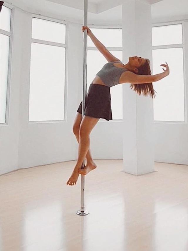 Potret Prilly Latuconsina Latihan Pole Dance (sumber: instagram/@prillylatuconsina96)