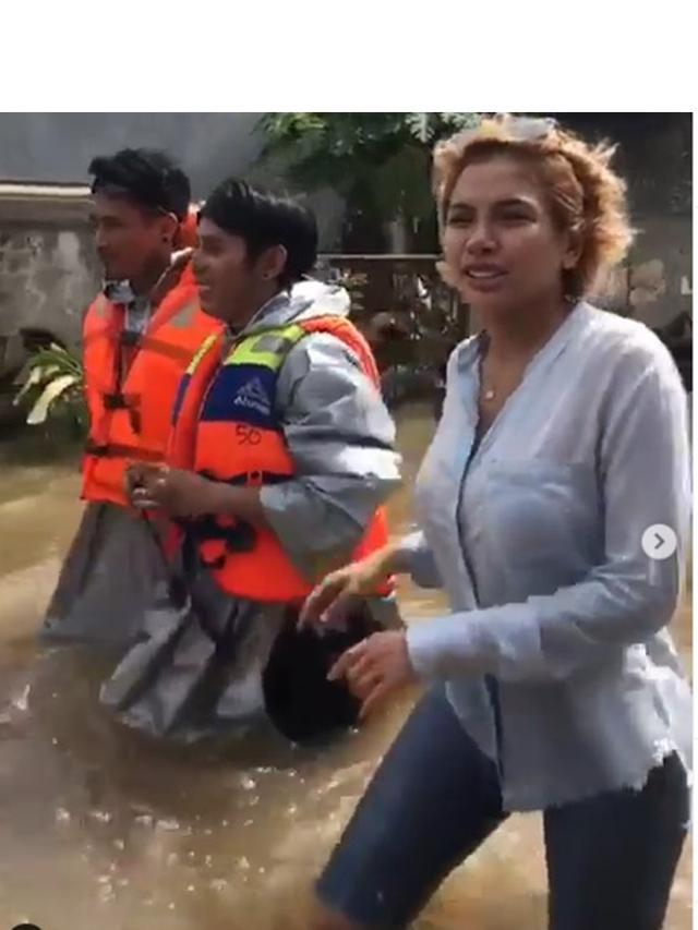7 Potret Nikita MIrzani Terjun Langsung Bantu Korban Banjir, Banjir Pujian