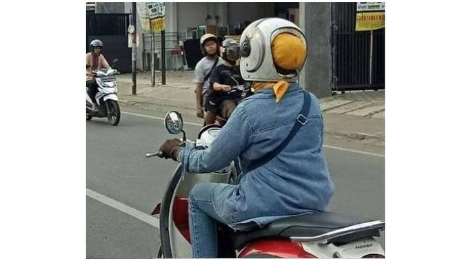 Emak pakai helm (Sumber: Instagram/1cak)