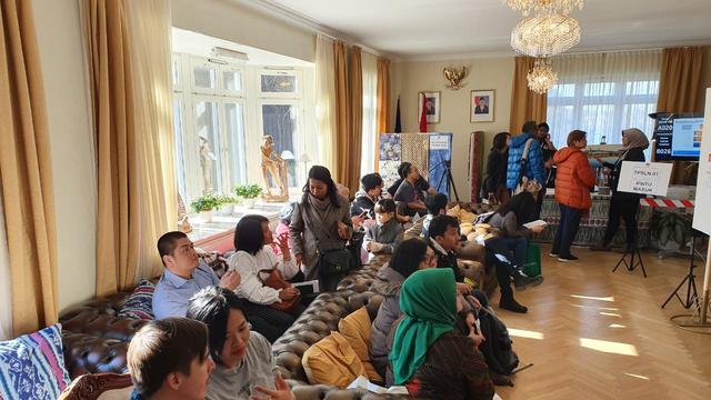 WNI mengantre menggunakan hak suara Pilpres 2019 di Wisma Duta RI, Lidingo, Stockholm, Swedia. (KBRI Stockholm)