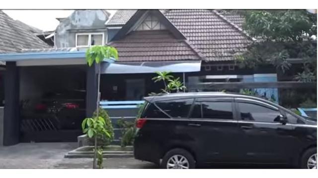 Potret tampak depan rumah Andhika Pratama, bernuansa coklat dan biru.