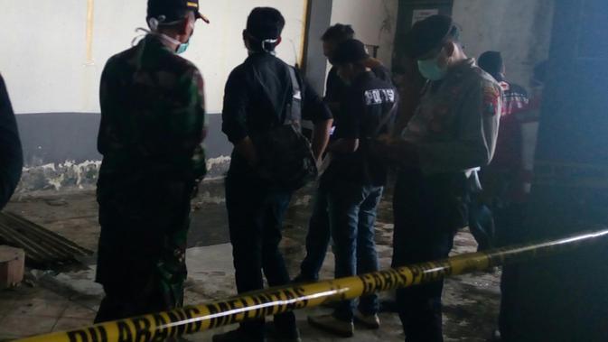 Polisi mencari jejak pelaku dan sisa barang bukti di lokasi kejadian korban mutilasi di Pasar Besar Malang
