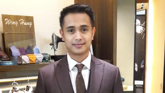 Ajun Perwira saat fitting di Wong Hang Tailor. (Istimewa)