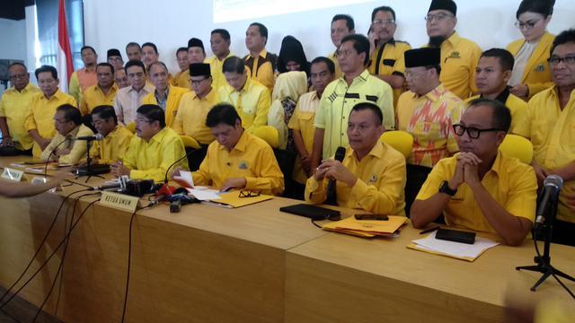 Ketua Umum Golkar Airlangga Hartarto dan pengurus partai