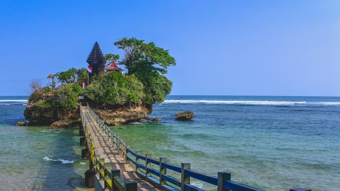 Pantai Balekambang (sumber: iStock)
