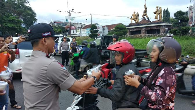 Kapolres Garut AKBP Budi Satria, saat membagikan makanan takjil di bundaran Simpang Lima Kabupaten Garut, Rabu lalu (Liputan6.com/Jayadi Supriadin)