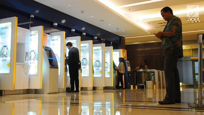 Nasabah melakukan transaksi di ATM Mandiri, Jakarta, Senin (29/4/2019). Kinerja Kuartal I 2019 Bank Mandiri  menyebutkan penyaluran kredit perseroan tumbuh 12,4 persen secara year on year (YoY) menjadi Rp 790,5 triliun. (Liputan6.com/Angga Yuniar)