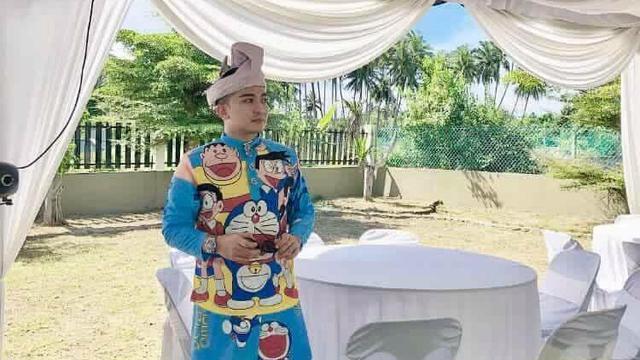 Pria Malaysia kenakan baju pengantin Doraemon (foto: Facebook Abann Dass)