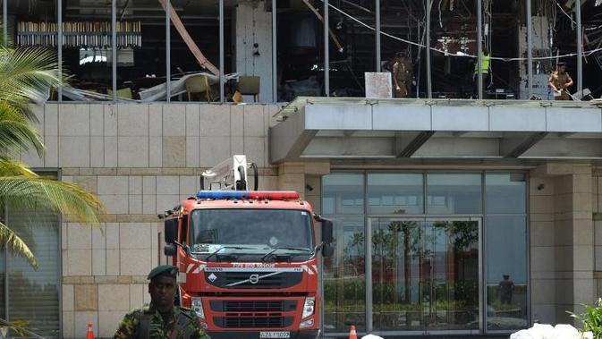 Personel keamanan Sri Lanka berjaga di pintu masuk Hotel Shangri-La, Kolombo, pada 21 April 2019 untuk mengantisipasi teror susulan. (AFP)