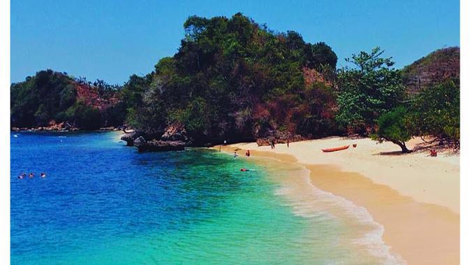 Pantai Tiga Warna jadi asalan lain untuk menjelajah ujung timur Jawa.