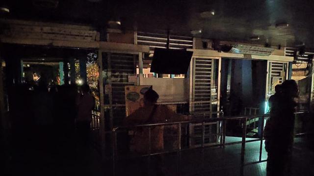 Suasana Halte Senen, Jakarta Pusat saat mati lampu.