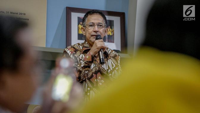 Rektor UI Muhammad Anis memberi sambutan sebelum pernyataan sikap bersama ILUNI UI dan Mahasiswa UI, Jakarta, Rabu (24/4). Seruan ini merupakan pernyataan sikap ILUNI UI, mahasiswa UI yang diwakilkan BEM UI dan Fakultas atas keberhasilan pemilu yang lancar dan damai. (Liputan6.com/Faizal Fanani)