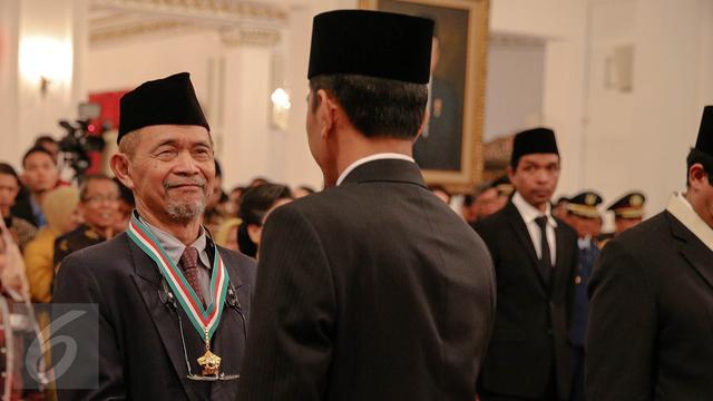 20150813-46 Tokoh Nasional Dapat Tanda Kehormatan dari Jokowi-Jakarta