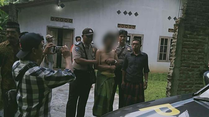 Aparat kepolisian Kebumen menangkap Apriliani alias ASM, terduga pembunuh ayah kandungnya. (Foto: Liputan6.com/Polres Kebumen untuk Muhamad Ridlo)
