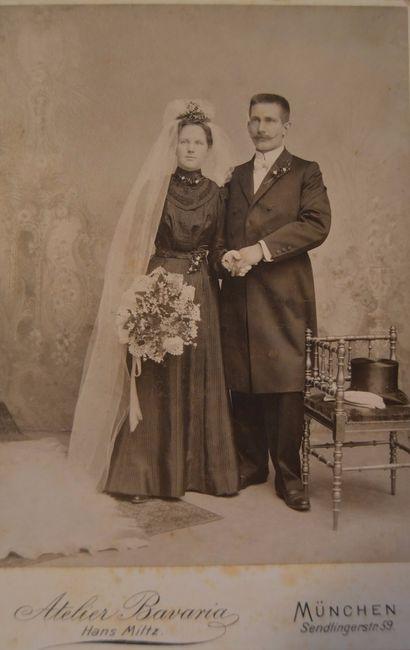 Vestidos de novia negro, velo blanco, con la corona y el azahar blancos, símbolos de pureza, o con r