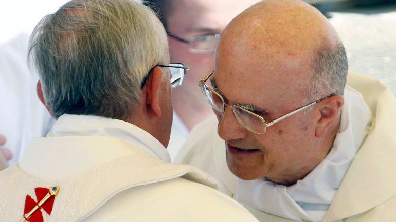 El cardenal Tarcisio Bertone saluda a su par Jorge Bergoglio el día en que convirtió en el papa Francisco