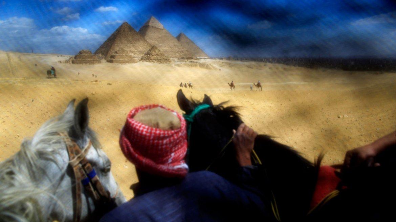 Las pirámides de Egipto son una de las tantas atracciones turísticas que una mujer obligada a cubrirse el rostro se perderá de ver en su real dimensión