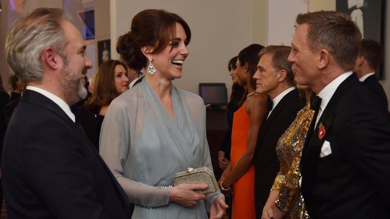 Kate Middleton, la duquesa de Cambridge, conversa con el actor británico Daniel Craig<br>