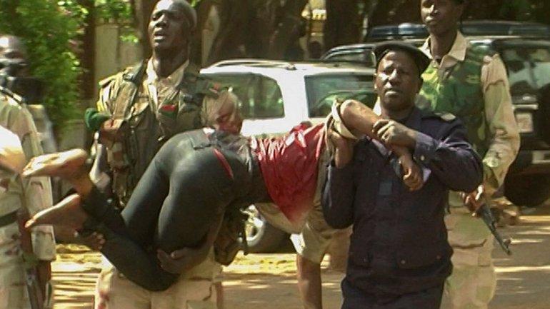 Soldados retiran a uno de los heridos del hotel Radisson de Mali, tomado por yihadistas aliados a Al Qaeda