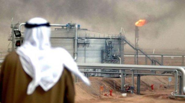 Arabia Saudita pretende mantener el precio de petróleo bajo para quitar del mercado a productores menores