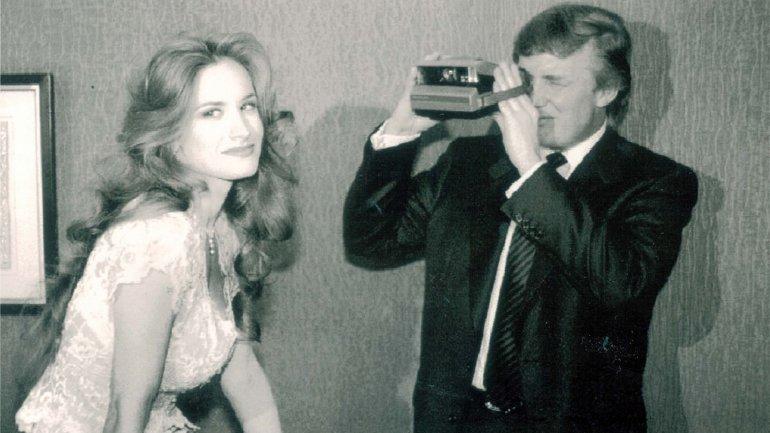 Donald Trump toma una fotografía a la playmate Bridget Marks. Su pasado podría condenar al candidato republicano.