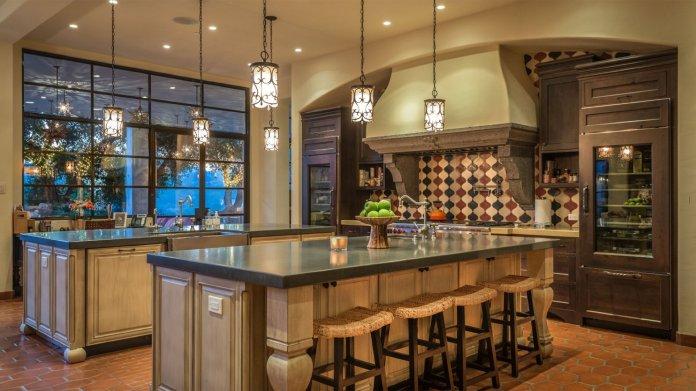 La cocina está equipada con dos islas y está conectada con las grandes áreas del resto de la vivienda