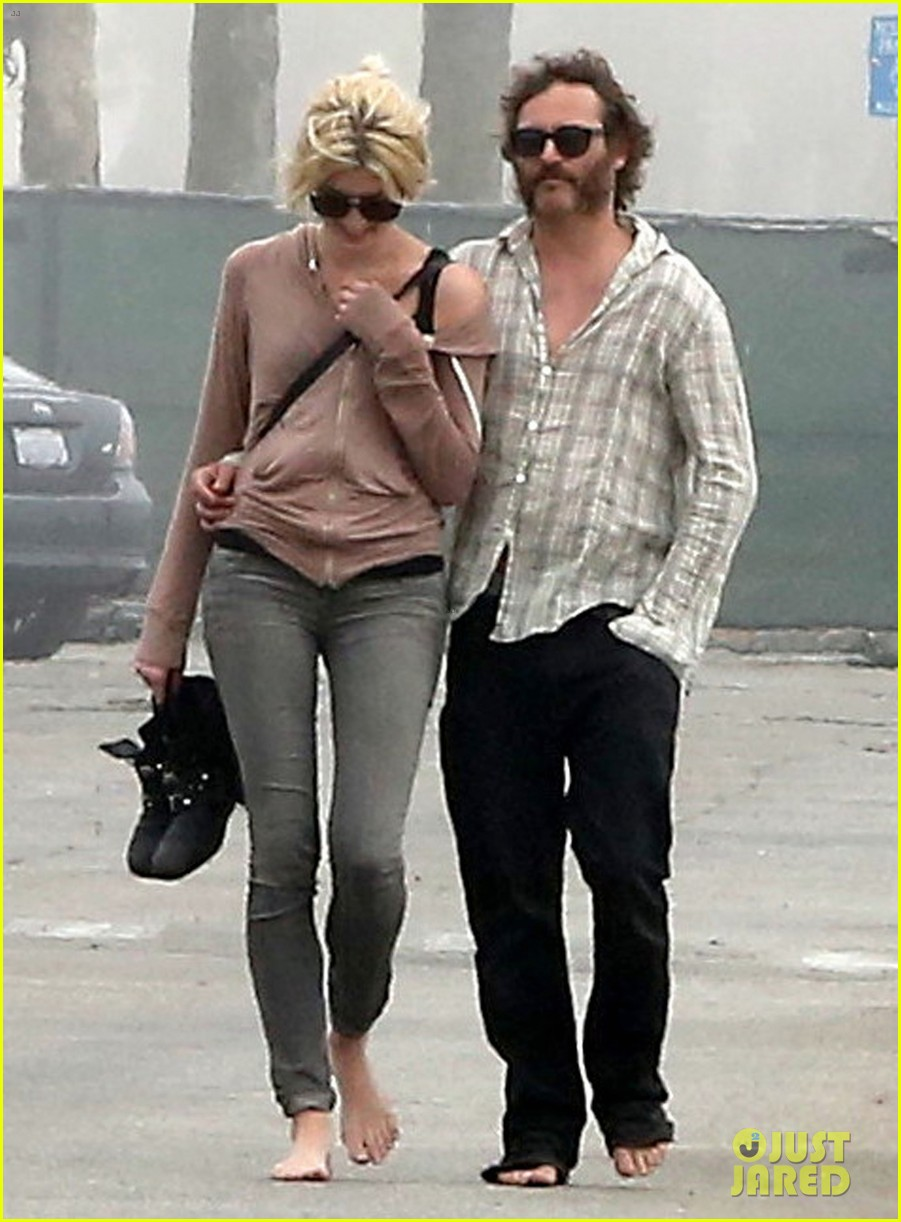 joaquin phoenix barefoot stroll in venice with heather christie 02