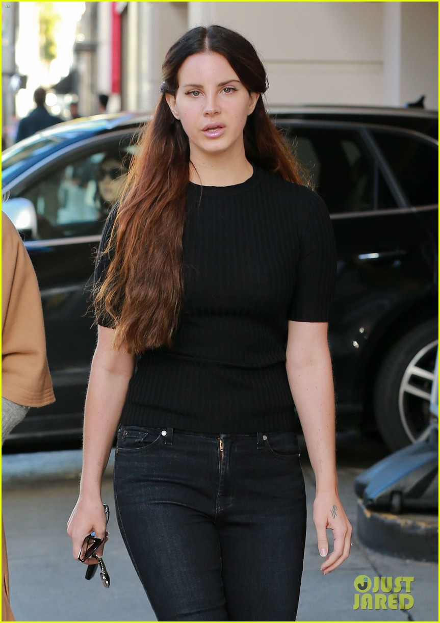 Lana Del Rey Gets In Christmas Shopping With Her Sister