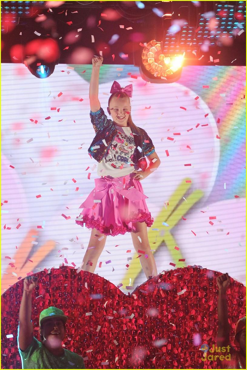 JoJo Siwa Performs Boomerang At Nickelodeon HALO Awards