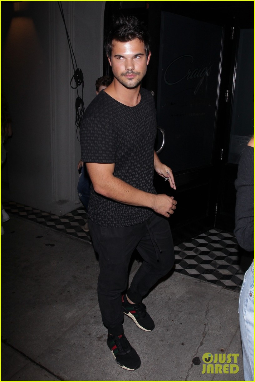 Pictures Taylor Lautner Flexing His Arms