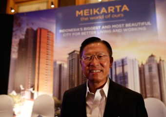 James Riady, Chief Executive Officer of Lippo Group, poses for photographers after announcing the Meikarta project at a news conference in Jakarta, Indonesia May 4, 2017. REUTERS/Darren Whiteside