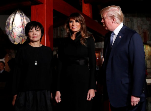 U.S. President Donald Trump (R) looks at his wife Melania and Japan's Prime Minister Shinzo Abe's wife Akie at a restaurant in Tokyo, Japan, November 5, 2017. REUTERS/Kim Kyung-Hoon - RC11DF561230