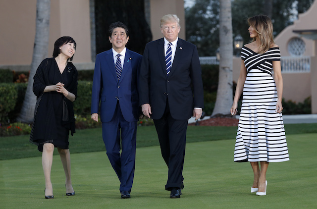 U.S. President Donald Trump and first lady Melania Trump (R) walk with Japan's Prime Minister Shinzo Abe (2nd from L) and Abe's wife Akie as they arrive for a dinner at Trump's Mar-a-Lago estate in Palm Beach, Florida, U.S., April 17, 2018. REUTERS/Kevin Lamarque - HP1EE4H1T1XQF