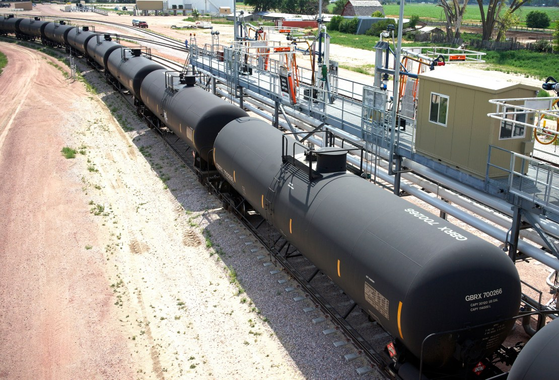 An oil train moves past the loading rack at the Eighty-Eight Oil LLC's transloading facility in Ft. Laramie, Wyoming July 15, 2014. REUTERS/Rick Wilking