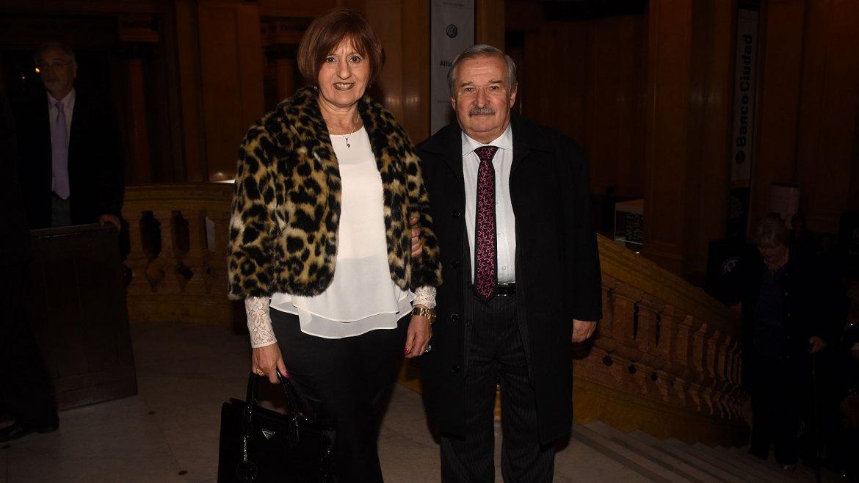 El presidente de la DAIA, Julio Schlosser, acudió al evento acompañado por su mujer, Susana