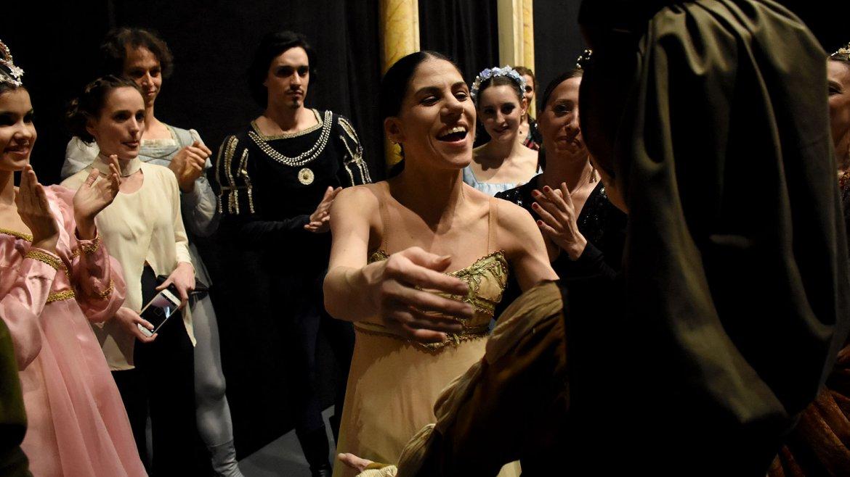 La bailarina saludó uno por uno a sus compañeros del ballet estable del Teatro Colón