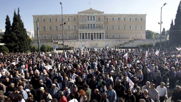 Miembros del sindicato comunista PAME se manifiestan frente al Parlamento durante la primera huelga general contra el Gobierno de Alexis Tsipras, en Atenas, Grecia