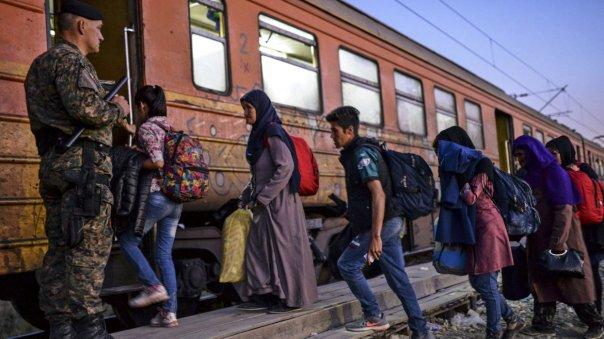 Varios refugiados toman un tren que los lleva a Serbia, en la ciudad de Gevgelija, Macedonia