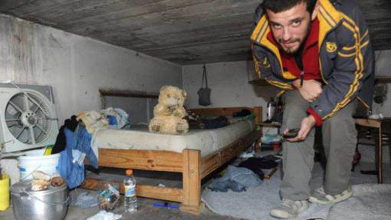 Un militante de La Alameda en los 'nichos' donde duermen las víctimas de la mafia