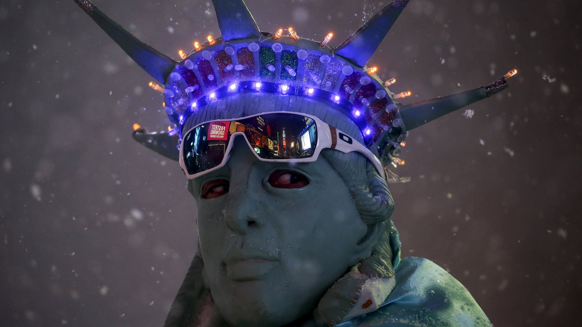 Los artistas callejeros de Times Square le hacen frente a la nevada