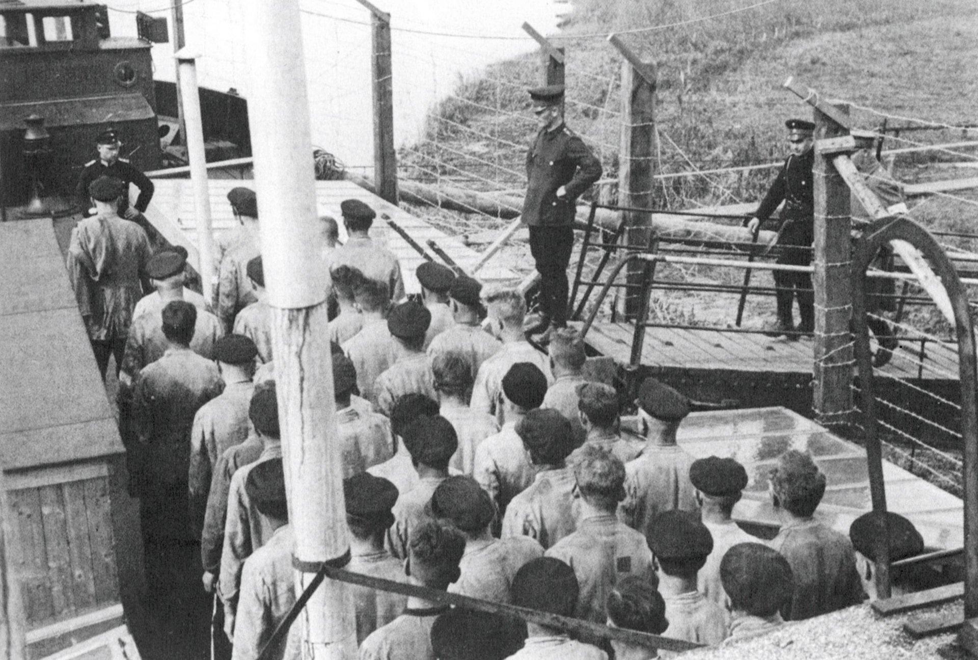 Entren los muchos campos de concentración improvisados que se destinaron a recluir a oponentes políticos en 1933 se contaba este viejo remolcador del río Ochtum a su paso por las inmediaciones de Bremen.